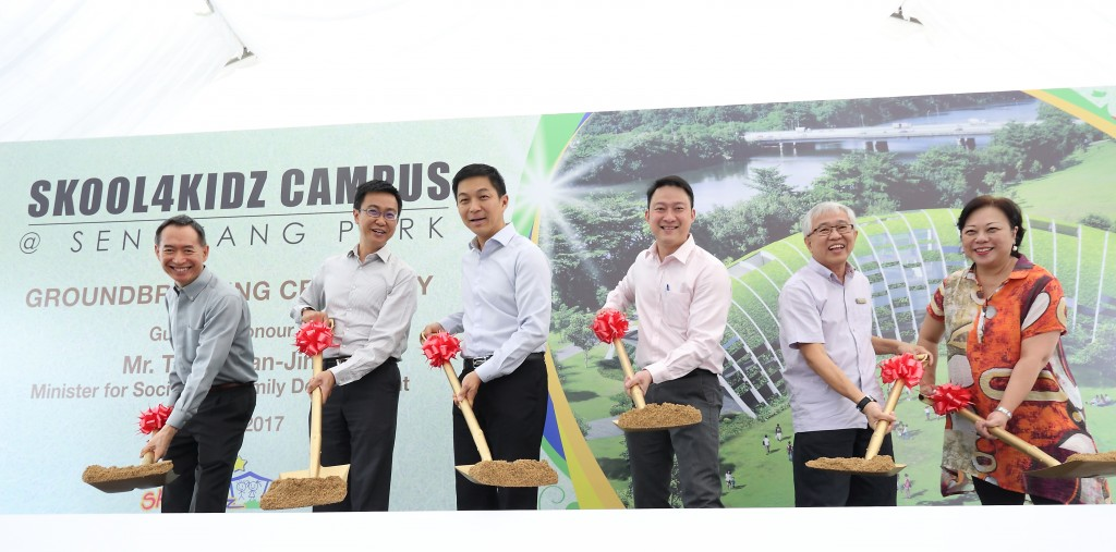 From left to right, Mr. Robert Leong (Executive Director of Skool4Kidz), Mr. Eugene Leong (CEO of the ECDA), Mr. Tan Chuan-Jin (Minister for Social and Family Development), Dr. Lam Pin Min (Adviser to Sengkang West), Mr. Kong Yit San (Assistant CEO of NParks), Dr. Jane Ching-Kwan (Director and Curriculum Founder of Skool4Kidz)